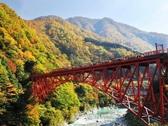 山も色づき始めた初秋の新山彦橋