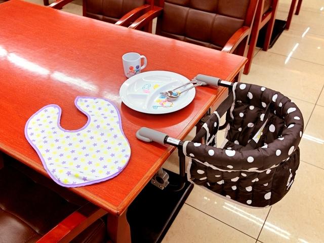【レストラン】小さなお子様用の椅子や食器・エプロンなどをご用意しています。