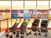 【ロビー】館内用ベビーカーの貸出。おむつなど赤ちゃんグッズの販売もしています。