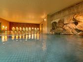 【大浴場】静かな緑に囲まれ、広々とした明るい大浴場