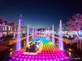 【光と噴水の運河】運河を舞台に、様々に色と形を変える幻想的なイルミネーションショー。